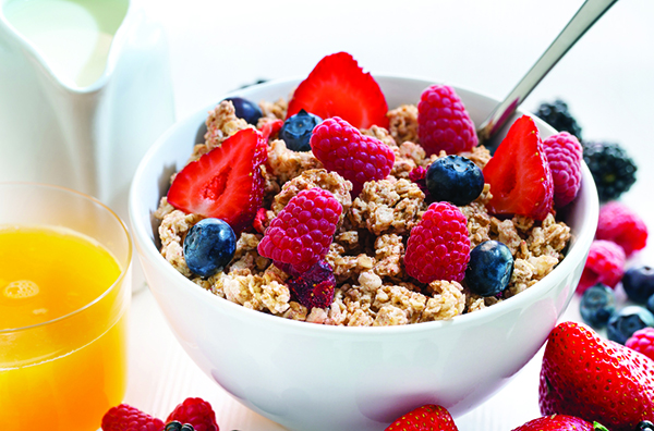 Berries and whole grains are nutritious foods that can help men and women live longer, healthier lives.